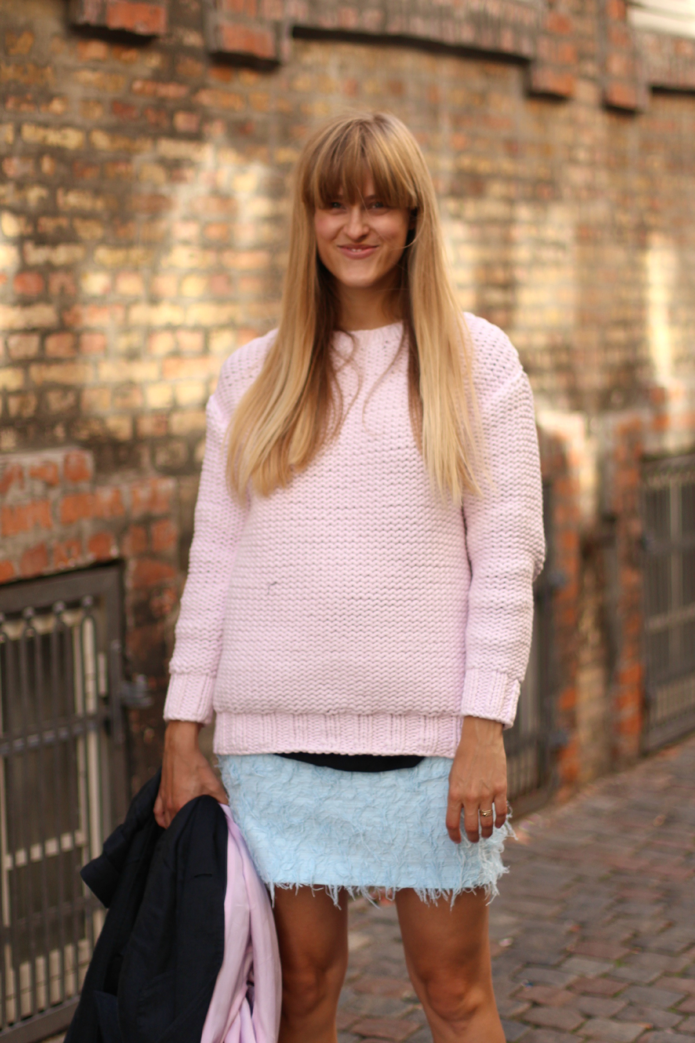 Pink knit & Other Stories, Perfectly Simple, Blue trench coat, brown leather bag, Adidas Sneakers, Magstræde, København, OOTD, rockpaperdresses outfit